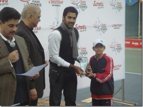 4. Tennis Icon Aasim giving Service cup trophy to Ali Dec 2010
