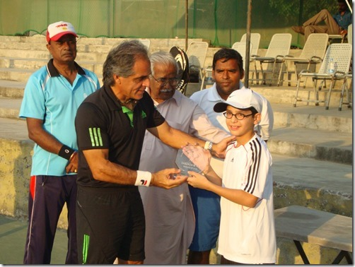 5. Jnr Hunt Tour 2011 - Ali recieving Cup from Legendary Rashid Malik